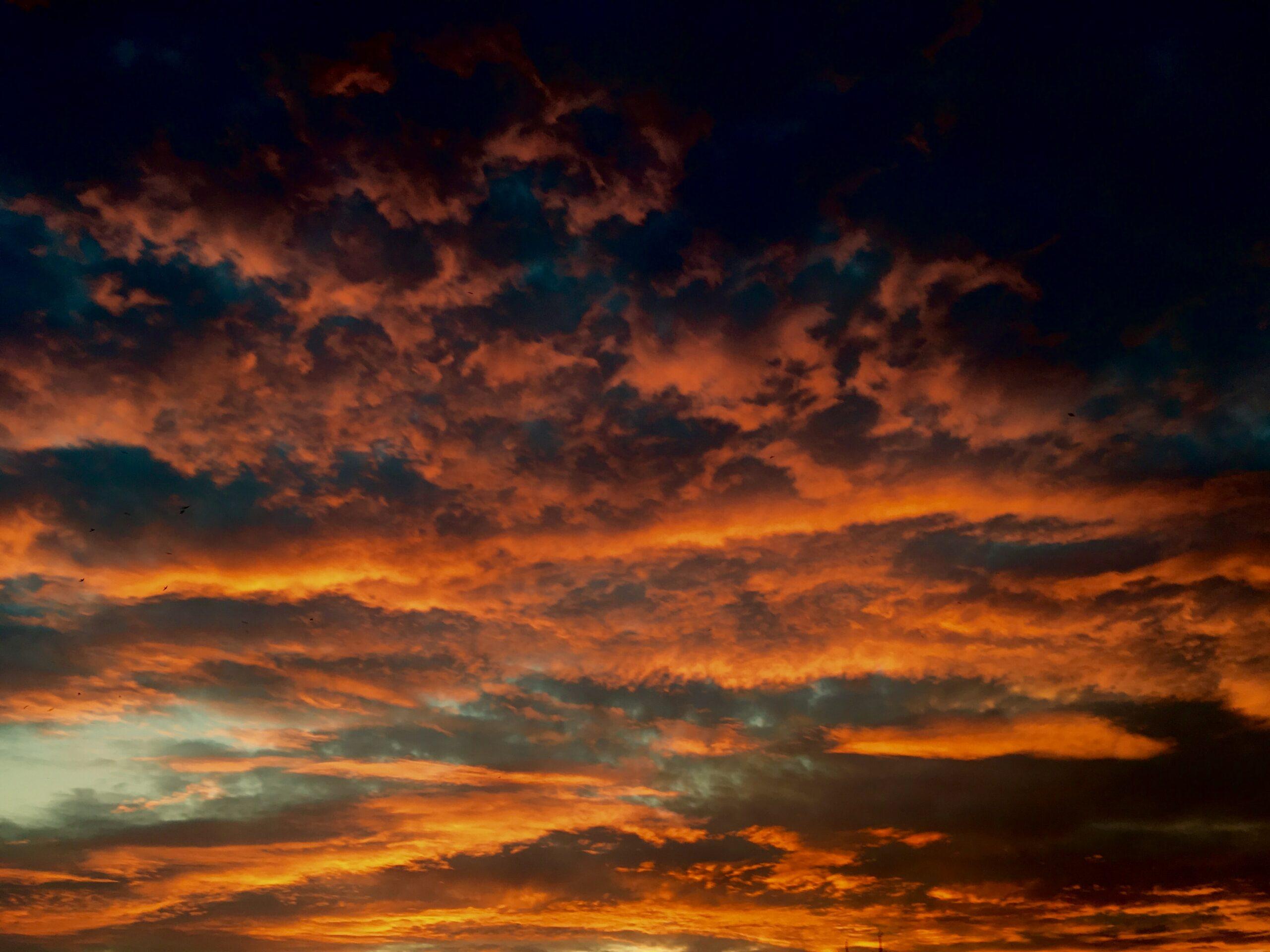 Bortom molnen lyser dioderna gula